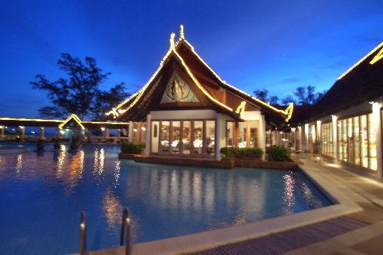 Club Med Phuket: pool side evening view
