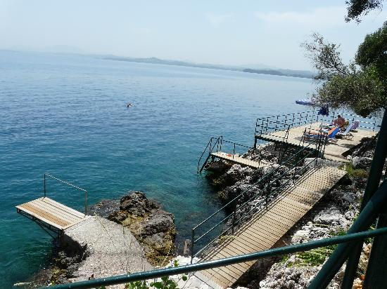 Barbati, Grekland: The decking area by the sea with the diving board