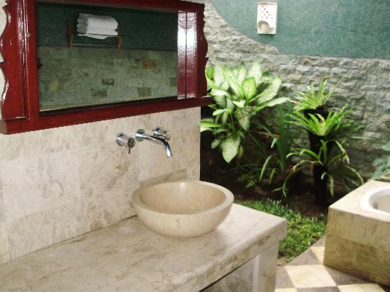 Three Brothers Bungalows: Outdoor bathroom
