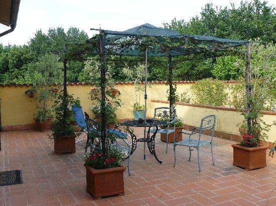 Lenzi's B&B: Outdoor terrace..
