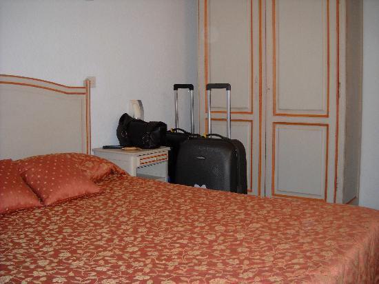 Hotel Porte de Camargue: Bed and cupboard