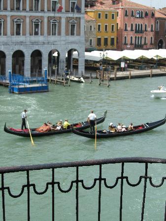 Locanda Leon Bianco: Serenading Gondolas Outside our Window