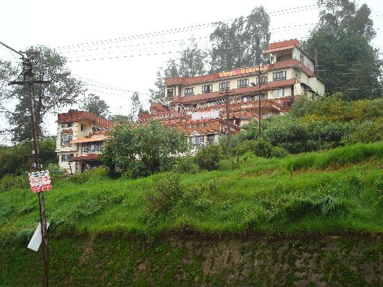 Hotel Darshan Ooty: Hotel Darshan- view from the approach road to Ooty Lake.