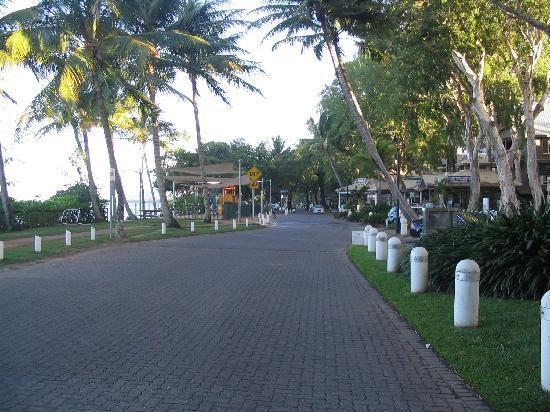 Alassio Palm Cove: Main street