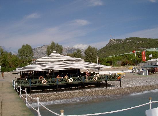 Kiris, Tyrkiet: Strandbar mit Taurusgebirge