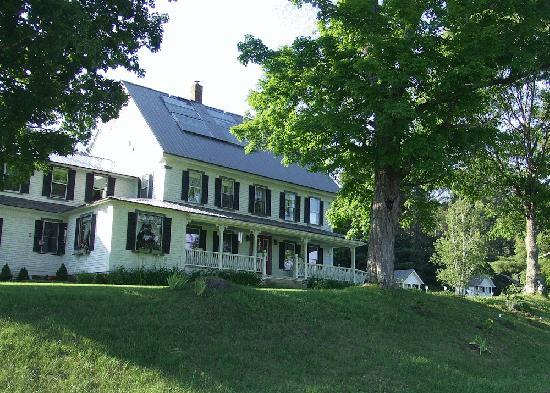 Bishop Farm Bed and Breakfast: The farm from the road