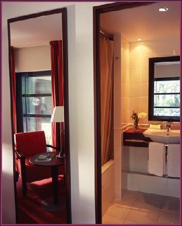 Hotel Concorde Montparnasse: Salle de bains