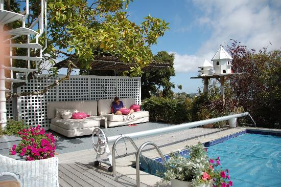 Coastal Cliffs Bed and Breakfast : Relaxing@the private pool, Christchurch in background
