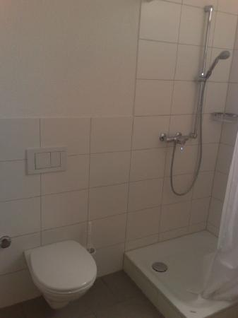 Hotel Loewen: Shower with disgusting plastic sheet cover.