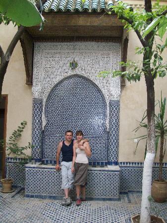 Riad La maison d'a cote: DEvant la fontaine du Riad