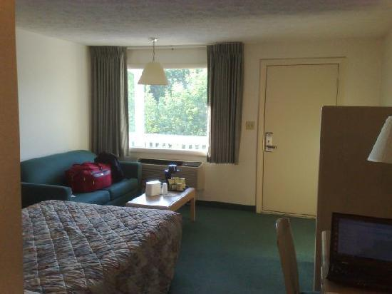 Gorham, NH: Reasonably priced room, decent bed, small tv in little closet