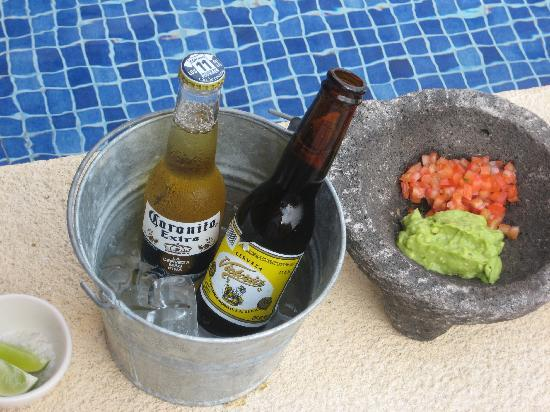 Capella Ixtapa: 5 pm treat: chips, guac and beer