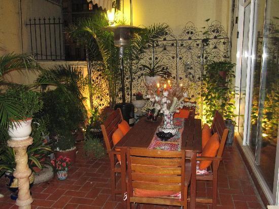 Hostal L' Antic Espai: The terrace at night