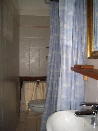 B&B The Four Seasons: bathroom in the small room