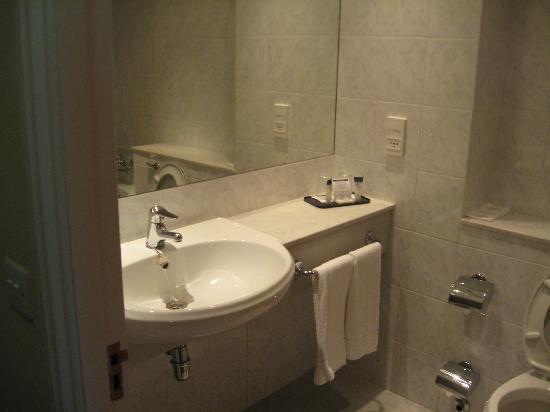 Grand Canal Hotel: Salle de bains 305