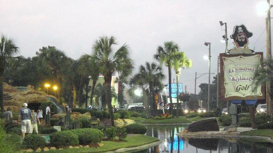 La Quinta Inn & Suites Myrtle Beach N Kings Hwy: facing hotel mini golf on rt side