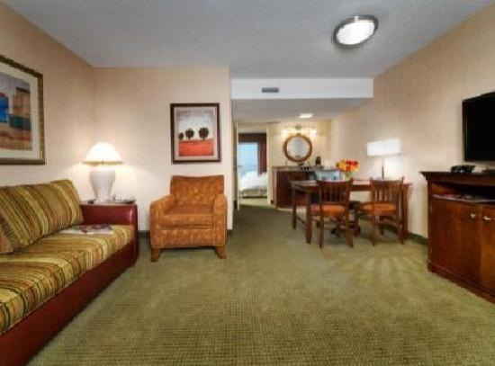 Embassy Suites by Hilton Tulsa - I-44: Guest Living Area