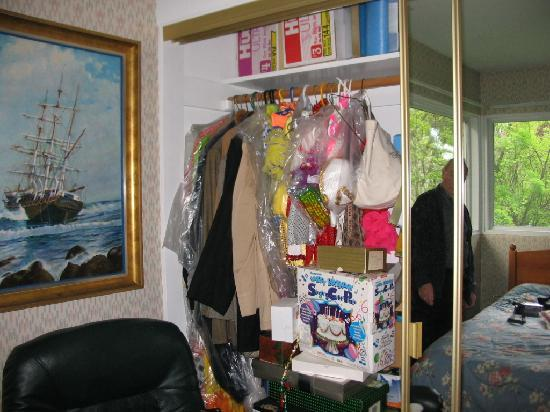 Anchorage Downtown B&B at Raspberry Meadows: Unable to have full use of the closet. Owner had more stuff piled in it.
