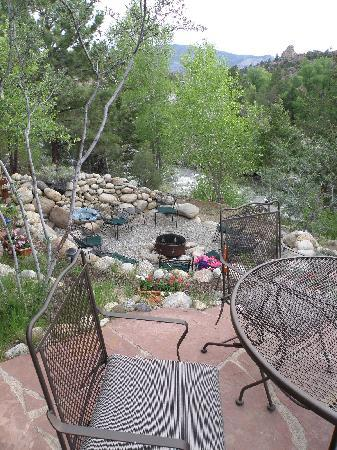 Mountain River Inn Bed & Breakfast: Our patio overooking firepit and river