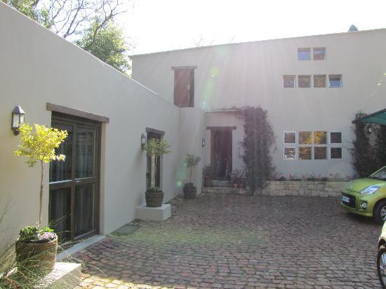 Craighall Garden Guest House: Parking Area - In front of Suite 4