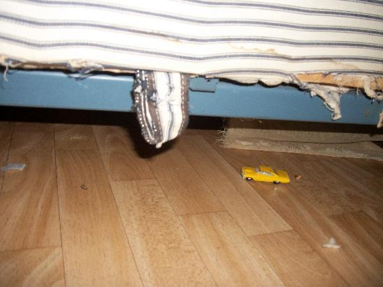 Mountain Home, Арканзас: under beds after she cleaned