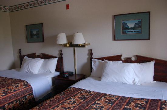 Yosemite Sierra Inn Oakhurst: small but comfortable room