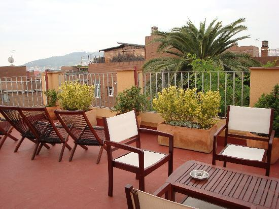 Garden House Hostel Barcelona: The rooftop, a place to relax in the sun