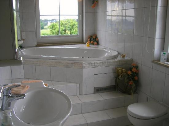 Seehotel Zur Hopfenkoenigin : Badezimmer mit Whirlpoolwanne für 2