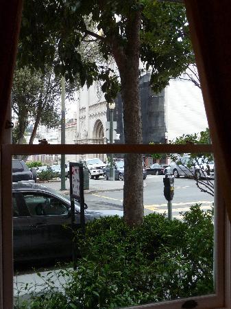 Washington Square Inn: View through window from lobby to Washington Square