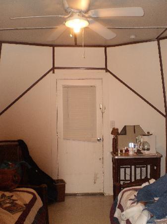 Wigwam Village Inn #2: interior view
