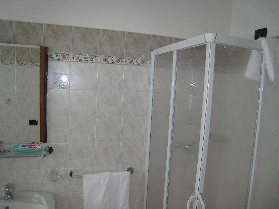 Hotel Caffe' Garni le Corti : Lavish, large ensuite with shower, toilet, bidet etc