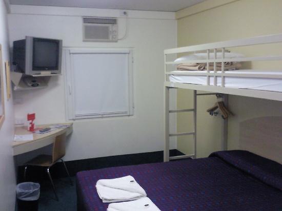 room 1 picture of ibis budget gosford gosford tripadvisor. Black Bedroom Furniture Sets. Home Design Ideas