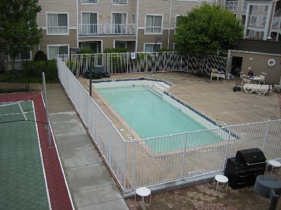 Residence Inn Boston Westborough : the small swimming pool - only open during summer jun-aug, and the basketball/volleyball court n