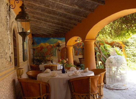 Antigua Villa Santa Monica: El patio y el restaurant