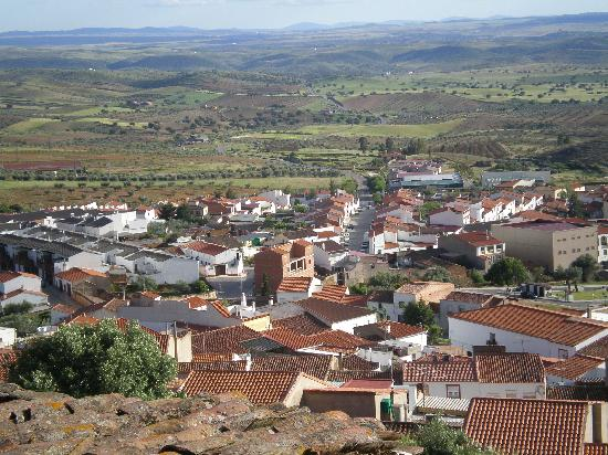 Extremadura, Spain: El pueblo en la ladera de la sierra