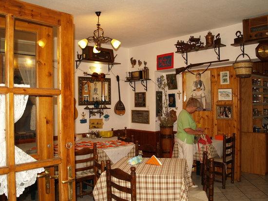 Apagio Taverna : inside the taverna