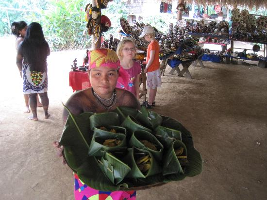Embera Tours Panama : lunch is served! Fried plantains & freshly caught fish (various fruits were also served) See the