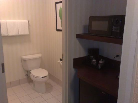 Fairfield Inn & Suites Boston Milford : Entrance - little microwave and bathroom
