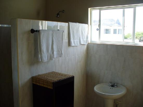 Marblue Villa Suites : Spacious bathroom