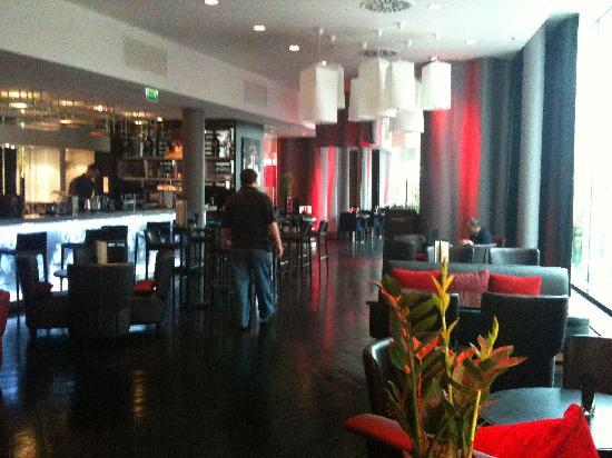 Renaissance Paris Arc de Triomphe Hotel: Breakfast and bar area