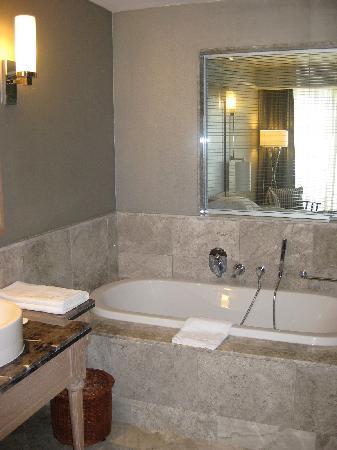 Xanadu Island Hotel: Courtyard Suite Bathroom
