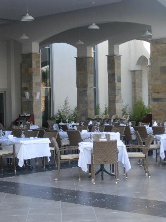 Xanadu Island Hotel: Main Restaurant Outdoors