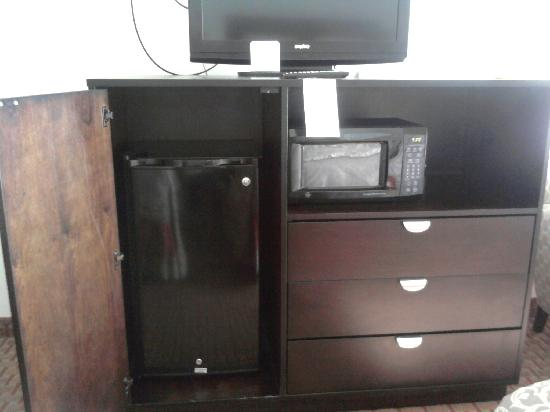 La Quinta Inn & Suites Kingsland/Kings Bay Naval B: TV, fridge, microwave, chest of drawers