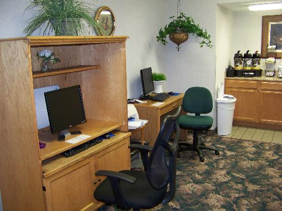 Quality Inn & Suites : Computer Area