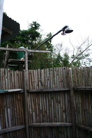 Bushara Island Camp: Outdoor shower