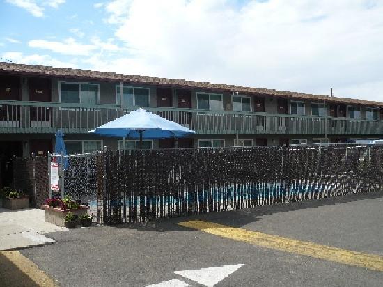 رودواي إن: Pool Area