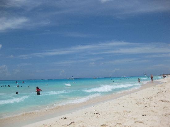 Hotel Riu Playacar : The beach at midday