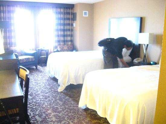 Sam's Town Hotel & Gambling Hall: HUBBY CHECKING TO SEE WE HAVE EVERYTING VERY NICE ROOM