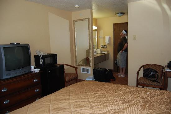 Comfort Inn Newport: another view of room