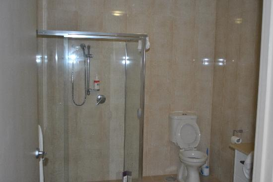 Glenelg Pacific Apartments : Bathroom